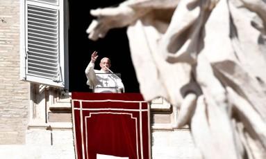 Papa Francisco acena para fiéis na Praça São Pedro Foto: ANDREAS SOLARO / AFP