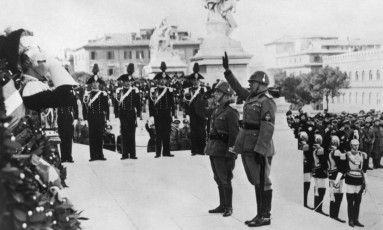 Ditador Benito Mussolini (à direita) e o rei Vítor Emanuel III em uma cerimônia em Roma, em novembro de 1938 Foto: AFP/Arquivos