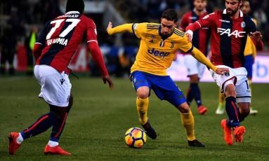 O jogador do Juvenutus Mattia De Sciglio controla a bola durante partida contra o Bologna Foto: ALBERTO PIZZOLI / AFP