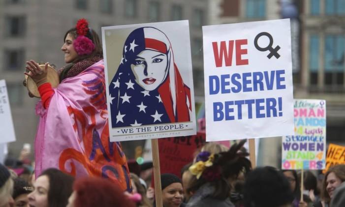 Milhares de pessoas saíram na Marcha das Mulheres contra presidente Donald Trump, um dia após a sua posse, em janeiro de 2017 Foto: Jacqueline Larma / AP