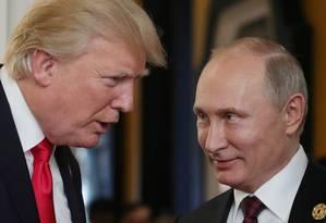 Donald Trump conversa com Vladimir Putin durante reunião em novembro Foto: MIKHAIL KLIMENTYEV / AFP