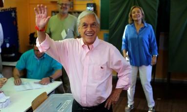 DIA DE VOTAÇÃO. Sebastian Piñera acena a apoiadores após votar em Santiago Foto: IVAN ALVARADO / REUTERS