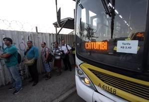 Passageiros no terminal ao lado da Rodoviária Novo Rio Foto: Paulo Nicolella / Agência O Globo / Arquivo / 15/11/2017
