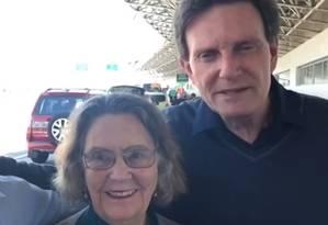 Rubens Teixeira (à esquerda), a mãe do prefeito, e Crivella Foto: Reprodução