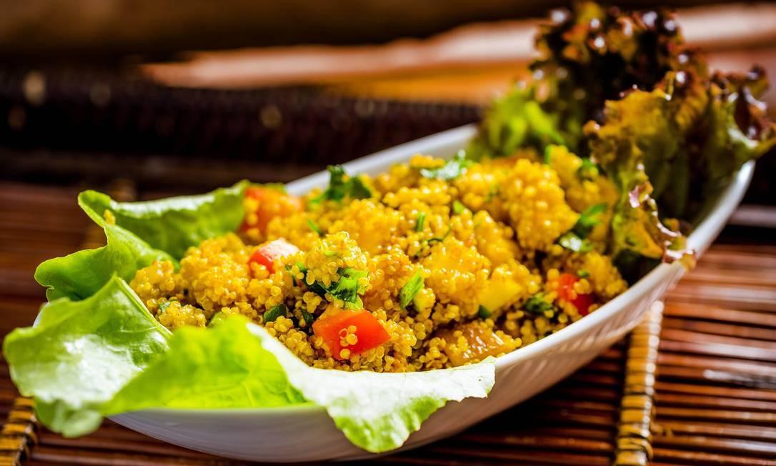 Biocarioca. Para os vegetarianos, a ceia vem com releituras de receitas tradicionais como a salada de quinoa com manga (R$ 145/kg) e o bolo de lentilha com legumes e especiarias (R$95). Para a sobremesa, rabanada vegana com linhaça (R$ 5/unidade) e cuscuz de damasco e castanha do Pará (R$ 120 / kg). Encomendas até 21/12. Rua Xavier da Silveira, 28, Copacabana (2523-4820). Foto: Filico / Divulgação