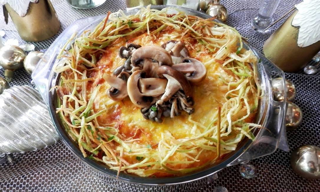 Bistrô Santa Satisfação. Um dos destaques é o gratin de Natal (foto), versão com bacalhau (R$ 210) ou vegetariana (R$ 175), com batata ao molho branco de cogumelos (paris, shimeji e shiitake) e alho poró. Mas também tem rosbife, filé mignon fatiado ao molho de ervas ou bourguignon (R$ 185). Encomendas até dia 21/12. Retirada: 24/12 até meio-dia. Rua Santa Clara 36, Copacabana (2255-9349). Av. Ataulfo de Paiva 1.335, Leblon (2529-2063). Foto: Roberto Carneiro / Divulgação