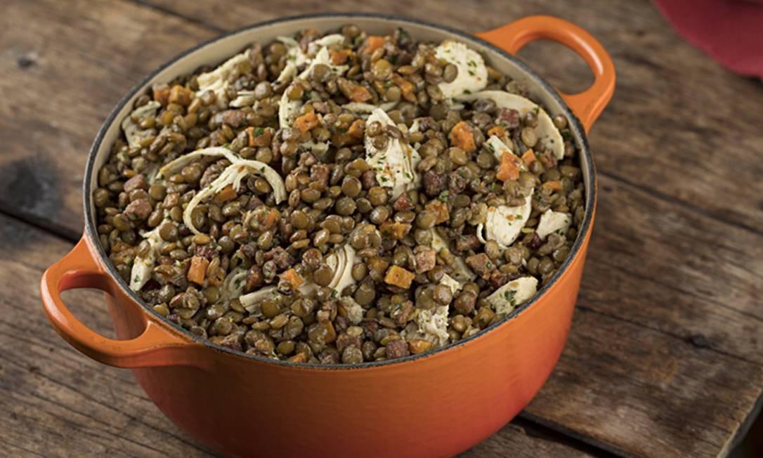 Casa Carandaí. A ceia, assinada pelo chef executivo do grupo Casa Carandaí e Lorenzo Bistrô, Christiano Ramalho tem como opção a tradicional salada de lentilha com peito de peru assado (R$ 75 – 1kg/ R$112 - 1,5Kg) Para finalizar, Mud Cake de chocolate (R$ 98). Encomendas até 20/12. Rua Lopes Quintas 165 Jardim Botânico (3114-0179/ 2259-8765). Foto: Rodrigo Azevedo / Divulgação