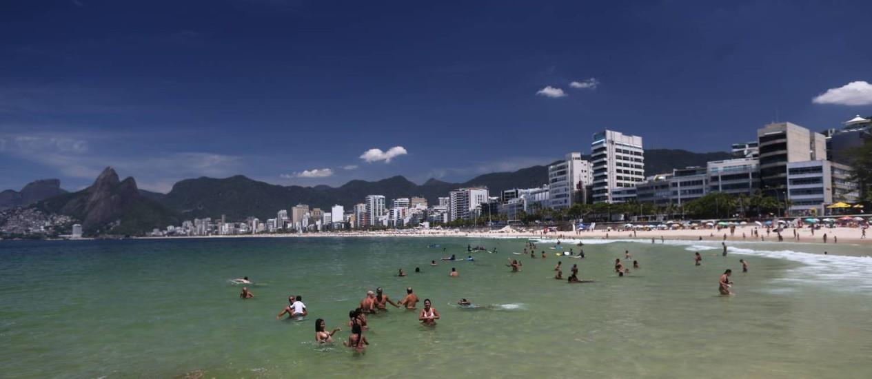 O mar do Arpoador nesta segunda-feira Foto: Marcia Foletto / Agência O Globo