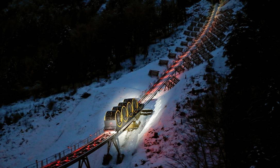 O funicular, o mais íngreme do mundo, tem inclinação máxima de 48 graus e, no trajeto, chega a uma altitude de 1.306m Foto: ARND WIEGMANN / REUTERS