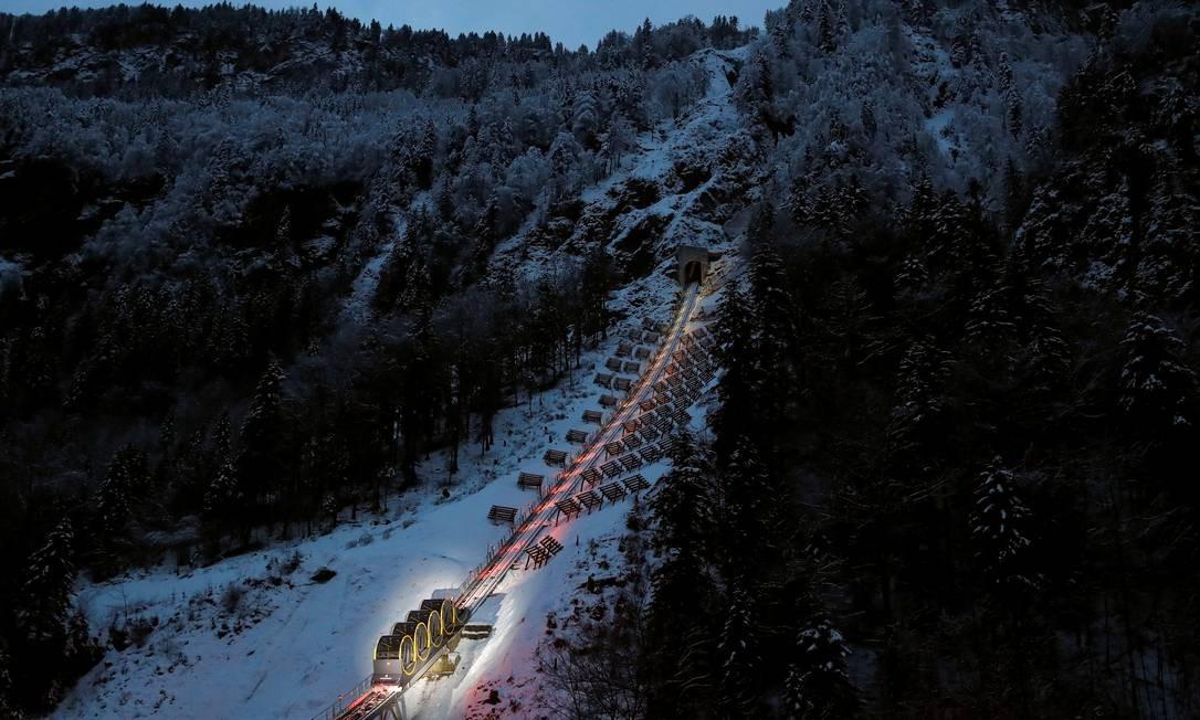 O funicular (na foto, com a iluminação noturna) percorre um trecho nos Alpes suíços de 1.738m de extensão, da cidade de Schywz até Stoos, na região central do país Foto: ARND WIEGMANN / REUTERS