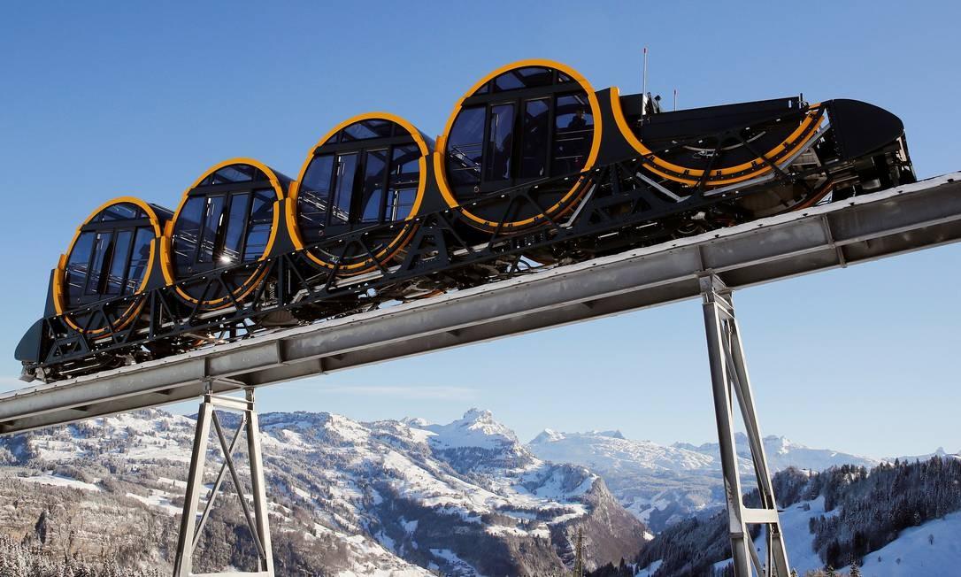 Cada veículo é composto por quatro carros em formato de barril, com vidros dos dois lados para que os turistas consigam apreciar a paisagem em redor Foto: ARND WIEGMANN / REUTERS