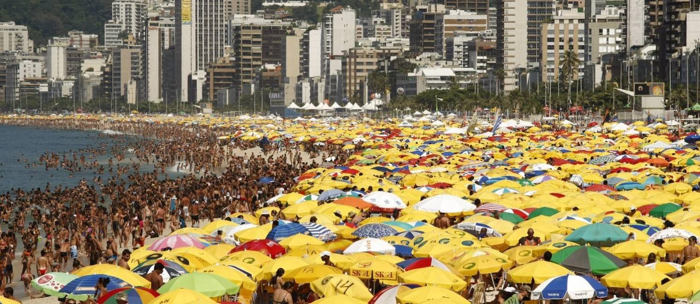 A Praia de Ipanema Lotada em 16 de fevereiro de 2010 Foto: Mônica Imbuzeiro / Agência O Globo