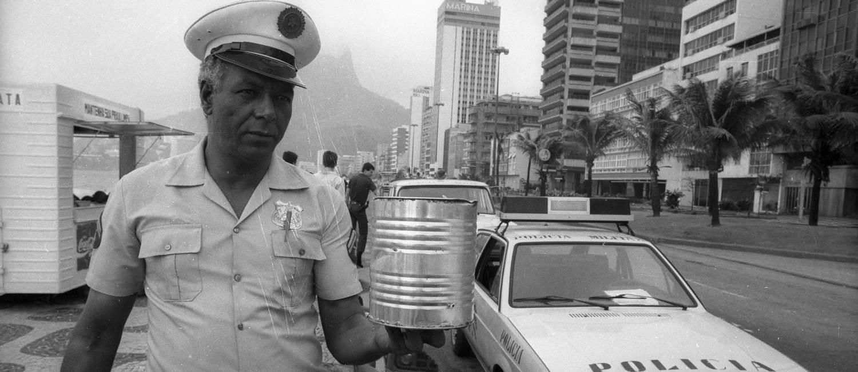 Policiais com uma lata de maconha apreendida na Praia do Leblon, na Zona Sul do Rio, em 10/10/1987 Foto: Manoel Soares / Agência O Globo