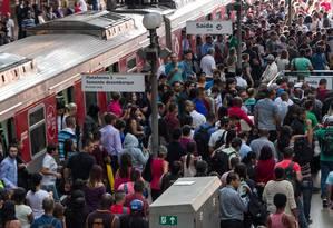 Greve dos Funcionários da CPTM -SP - Movimentação intensa de passageiros na área de embarque da estação Luz Linha da CPTM, Centro de São Paulo (SP) Foto: Marivaldo Oliveira / Agência O Globo 11/04/2017