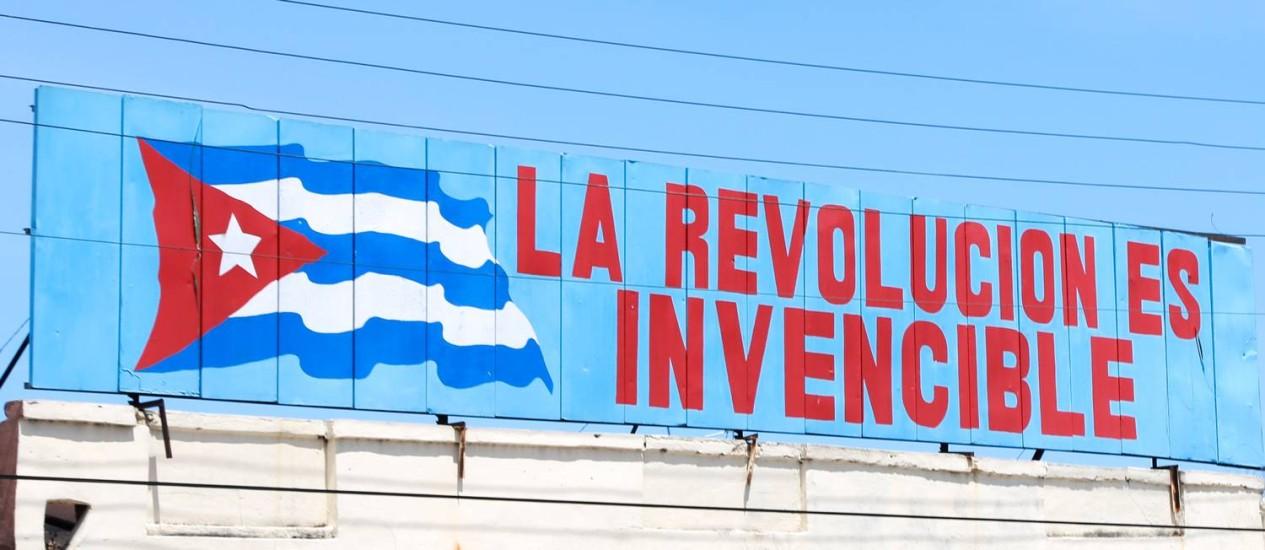 Letreiro comemorativo da Revolução Cubana em prédio da capital Havana: situação única do país oferece chance de implementar políticas mais humanistas e progressistas para lidar com o problema das drogas Foto: Bruno Barreto
