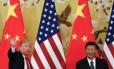 Presidente Donald Trump acena ao lado do presidente chinês Xi Jinping, em Pequim