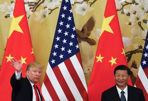 Presidente Donald Trump acena ao lado do presidente chinês Xi Jinping, em Pequim Foto: Andy Wong / AP