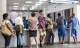 Segurados enfretam peregrinação para consgeuir data em uma das agências do órgão Foto: Guito Moreto / Agência O Globo
