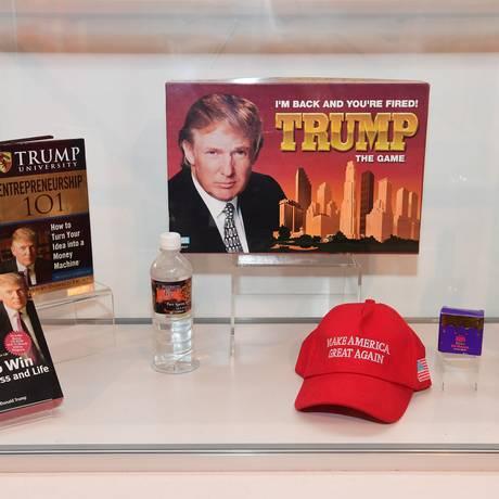Entre os itens de negócios que não vingaram que estão expostos no Museu do Fracasso estão jogos, livros e bebidas de Donald Trump Foto: ROBYN BECK / AFP