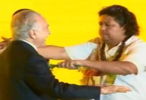 O presidente Michel Temer é cumprimentado por Pai Uzêda Foto: Reprodução/Facebook