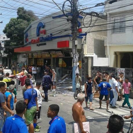 A movimentação de curiosos no local da explosão Foto: São Gonçalo Urgente / Twitter