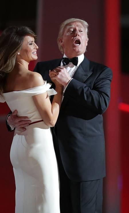 """Melania e Donald Trump dançam ao som da música """"My Way"""" em Washington, dias depois da posse dele como presidente dos EUA Foto: CHIP SOMODEVILLA / AFP"""