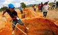 Alexis Junior, filho de uma das vítimas da chacina em Pau D'Arco, no Pará, enterra o seu pai. Dez trabalhadores rurais foram mortos em maio deste ano numa ação policial