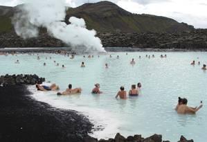 Turistas aproveitam a Blue Lagoon, que fica em meio ao gelo, a 40 km da capital da Islândia, Reykjavík: águas, consideradas medicinais, podem chegar a 40°C Foto: Divulgação: bluelagoon.com