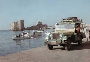 O jipe brasileiro às margens do Rio Nilo, em Alexandria Foto: Foto: Álbum de viagem