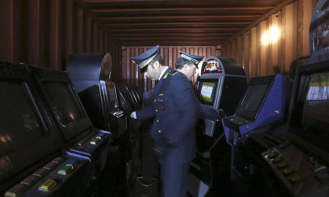 Policiais italianos conferem máquinas de caça-níquel confiscadas em Roma: infiltração de mafiosos do Sul rumo ao Norte preocupa principalmente pela dificuldade de acompanhar como e em que áreas os grupos investem Foto: Alessandro Bianchi / Reuters