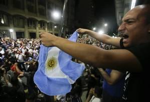 Manifestante levanta a bandeira Argentina em protesto contra a reforma da Previdência Foto: Victor R. Caivano / AP