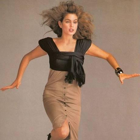 Cindy Crawford, na campanha da Versace de 1987, e Kaia Gerber, na de 2017 Foto: Richard Avedon / Steve Meisel / Divulgação / Versace
