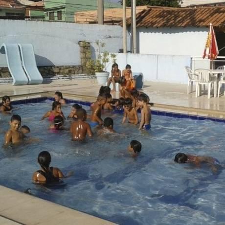 Crianças se divertem durante banho de piscina pela manhã no Jequiá Foto: Divulgação