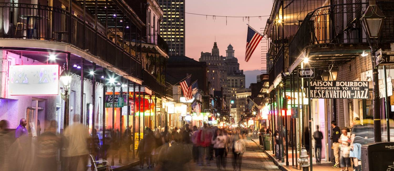 Noite: na Bourbon Street estão reunidos os principais bares de música ao vivo de Nova Orleans Foto: Zack Smith / Divulgação