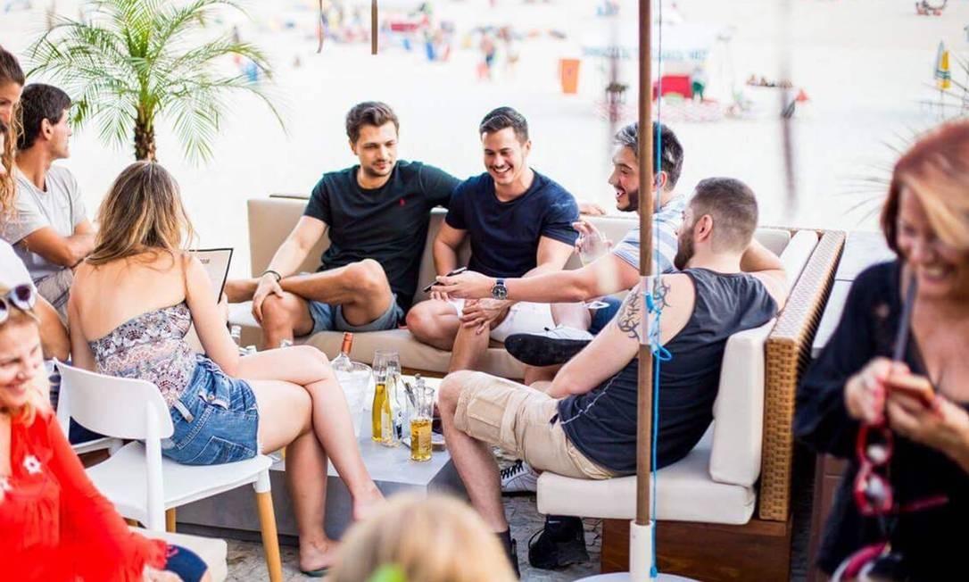 É o primeiro verão do Cafe De La Musique Beach, cravado nos pés do Dois Irmãos no Posto 12 e, desde que abriu, em outubro, já tem fila de espera para ver o por do sol com trilha da Rádio Ibiza no balcão montado de frente para o mar. Ali, é possível comer de sanduíche de porco (R$ 34) a polvo à vinagrete com guacamole (R$ 68) e tomar um drinque por R$ 29. Av. Delfim Moreira (99590-4006). Foto: Divulgação/Tati Wexler