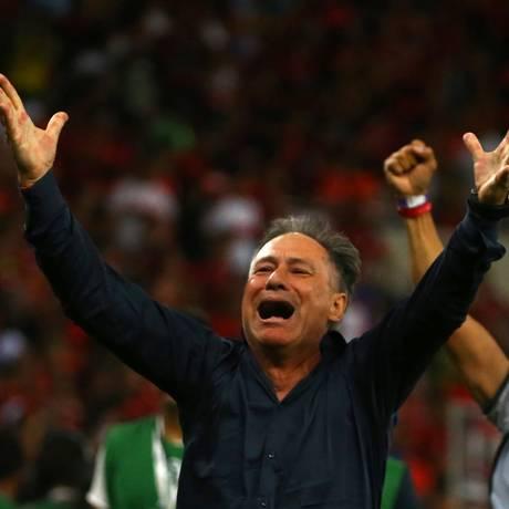 Ariel Holan comemora o título do Independiente no Maracanã Foto: PILAR OLIVARES / REUTERS