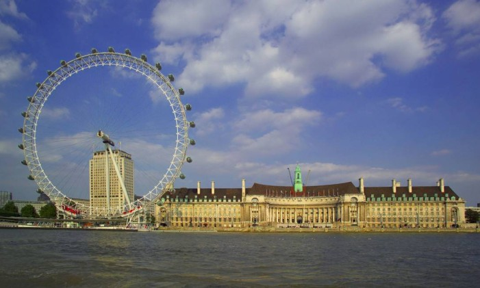 A London Eye, um dos cartões postais de Londres, ao lado do também icônico prédio County Hall Foto: Visit London / divulgação