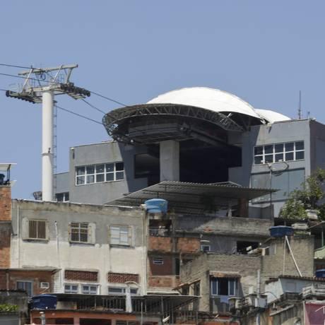 Teleférico não funciona e moradores sobem o morro a pé Foto: Agência O Globo / Gabriel de Paiva