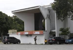 Às escuras. A fachada da administração regional do Ingá: unidade estava com a luz cortada há duas semanas Foto: Fábio Guimarães