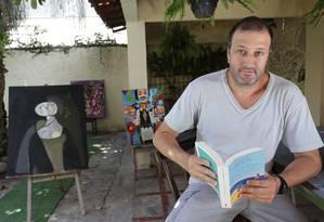Leitura. Fernando Benício com exemplar da Blooks: entregas em domicílio Foto: Agência O Globo