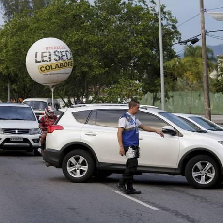 Operação Lei Seca no Recreio dos Bandeirantes Foto: Domingos Peixoto - 05/01/2016 / Agência O Globo