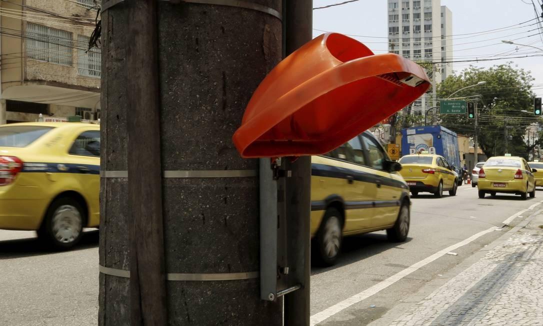 Na Rua Dias da Cruz, uma das mais movimentadas do Méier, só restou a tampa da lixeira Foto: Fabio Guimaraes / Agência O Globo