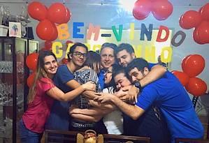 Anthony Garotinho foi recebido com festa pela família Foto: Reprodução