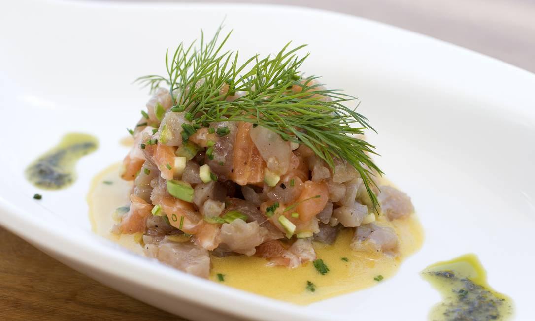 Na cara da praia do Leblon, o novo Cafe De La Musique Beach, onde o tartar é misto: atum e salmão com ovos de tobiko e molho citronete (R$ 48). Posto 12. Av. Delfim Moreira (99590-4006). Foto: Divulgação/Lucas Lima