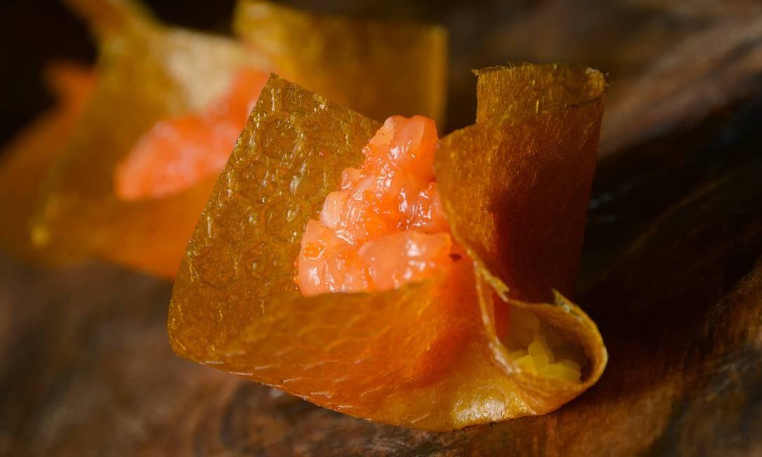 No japa Yumê, o tartar é de salmão e vem dentro de uma 'casca' de manga com ova de capelin (R$ 39). Rua Pacheco Leão 758, Jardim Botânico (3205-7321). Foto: Divulgação
