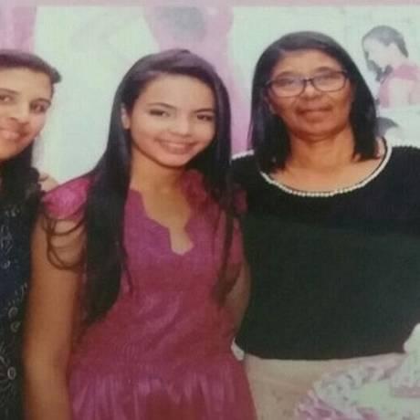 Kivia (de rosa) entre a mãe adotiva e as irmãs em seu aniversário de 15 anos Foto: Arquivo Pessoal