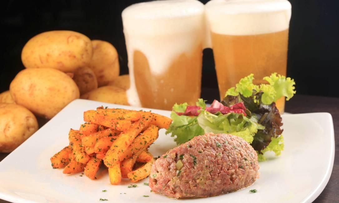Hollandaise: O tartar (R$ 59) é servido commix de folhas e fritas. Av. Lucio Costa 5.750, Barra (2492-0061). Foto: Divulgação/Berg Silva