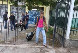 Servidora percorre 70 quilômetros para tentar garantir cesta básica Foto: Fabiano Rocha / O Globo