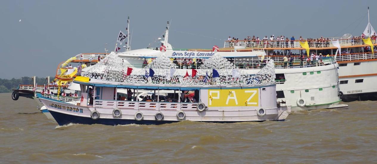 O Círio de Nazaré tem romaria fluvial: barcos acompanham o transporte da santa na Baía de Guajará, de Ananindeua ao Centro de Belém Foto: Bruno Calixto / Agência O Globo