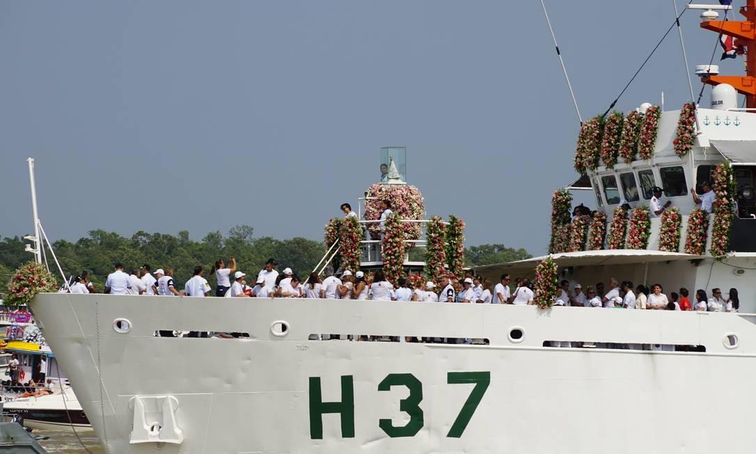 A santa chega ao Centro de Belém com status de chefe de estado, numa embarcação oficial da Marinha Foto: Bruno Calixto / Agência O Globo
